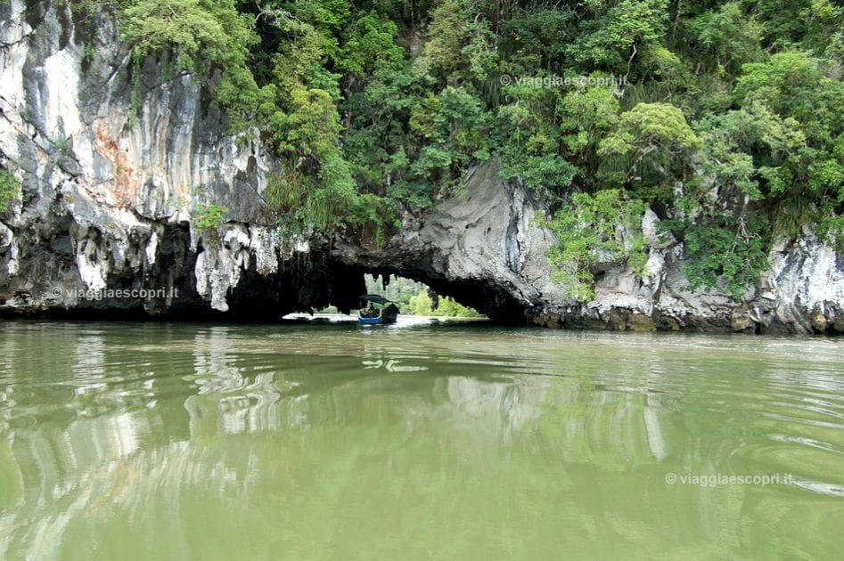 Cavità naturali e grotte tra le isole di Phang Nga Bay, escursione all'isola di James Bond