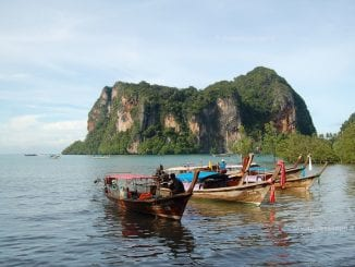 Long tail boats all'ancora a Railay Beach