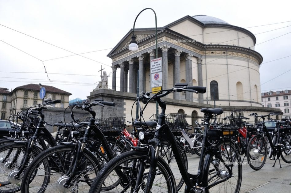 Torino in bicicletta, le Royal e-bike davanti alla Grande Madre